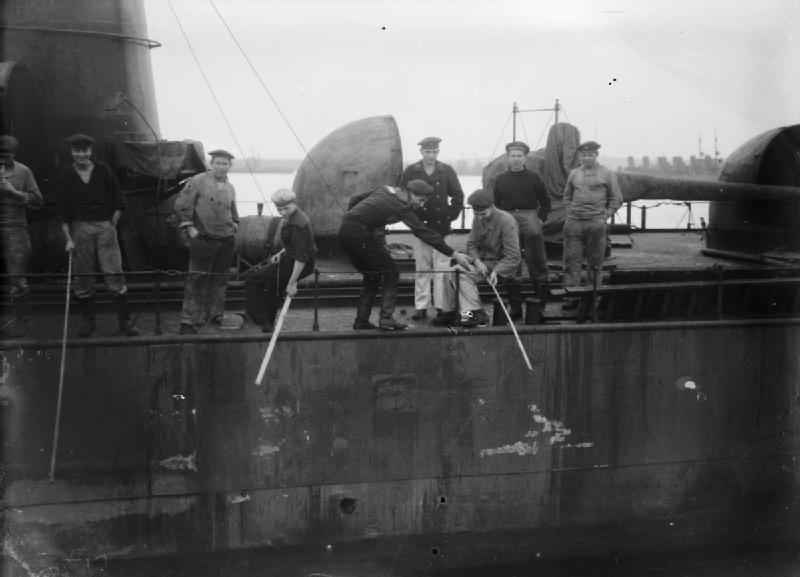 German-sailors-fishing-from-a-destroyer-in-Scapa-Flow.1919-Wikipedia-